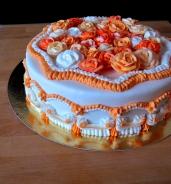 tort ozdobiony masą cukrowa i lukrem królewskim