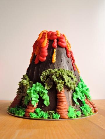 wulkan dekorowany kremem maślanym (bez masy cukrowej)